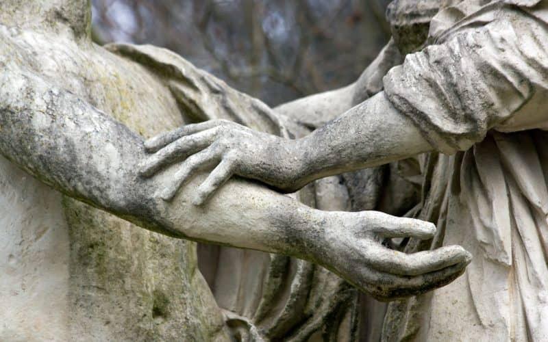 due mani che offrono sostegno in psicoterapia